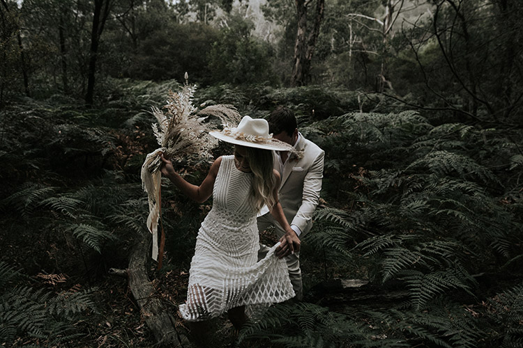 an elopement at emirates one and only wolgan valley blue mountains wedding venue